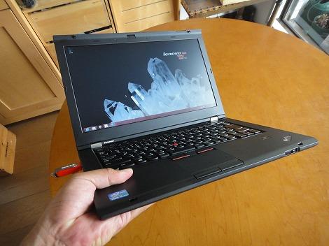 レノボ ThinkPad T430s 持っているところ